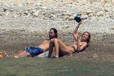 Красотка Хайди Клум топлесс на пляже в Италии фото #3
