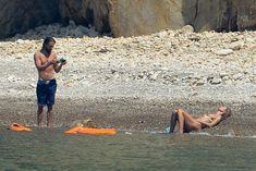 Красотка Хайди Клум топлесс на пляже в Италии фото #9