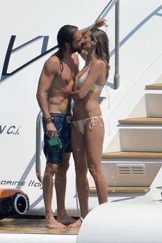 Красотка Хайди Клум топлесс на пляже в Италии фото #13