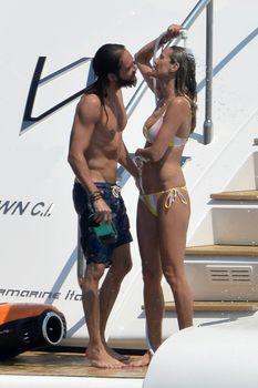 Красотка Хайди Клум топлесс на пляже в Италии фото #15