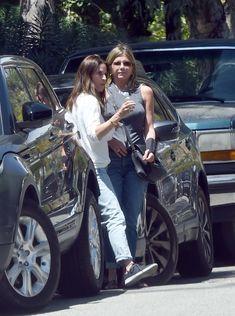 Торчащие соски Дженнифер Энистон на улицах Лос-Анджелеса фото #1
