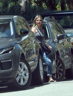 Торчащие соски Дженнифер Энистон на улицах Лос-Анджелеса фото #3