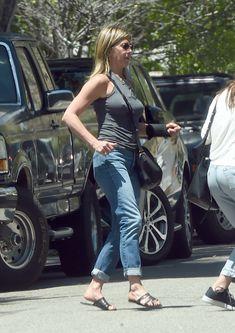 Торчащие соски Дженнифер Энистон на улицах Лос-Анджелеса фото #4