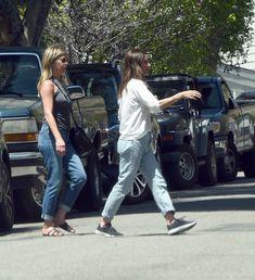Торчащие соски Дженнифер Энистон на улицах Лос-Анджелеса фото #6