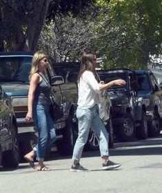Торчащие соски Дженнифер Энистон на улицах Лос-Анджелеса фото #8