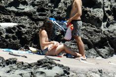Красотка Кира Найтли топлесс на пляже в Италии фото #1