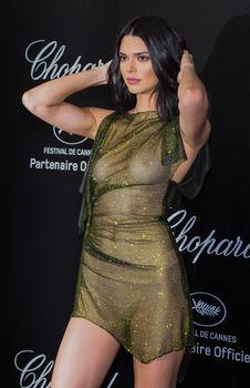 Голая грудь Кендалл Дженнер в абсолютно прозрачном наряде в Каннах фото #3