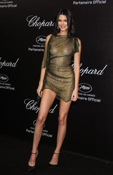 Голая грудь Кендалл Дженнер в абсолютно прозрачном наряде в Каннах фото #4