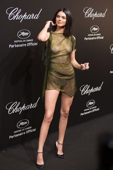 Голая грудь Кендалл Дженнер в абсолютно прозрачном наряде в Каннах фото #8