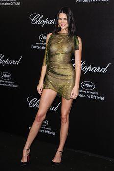 Голая грудь Кендалл Дженнер в абсолютно прозрачном наряде в Каннах фото #13