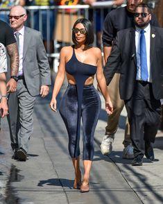 Торчащие соски Ким Кардашьян в сексуальном наряде на улицах Лос-Анджелеса фото #5