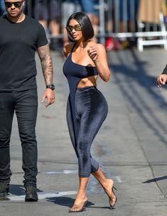 Торчащие соски Ким Кардашьян в сексуальном наряде на улицах Лос-Анджелеса фото #8
