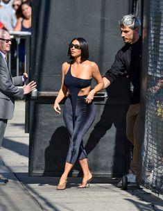 Торчащие соски Ким Кардашьян в сексуальном наряде на улицах Лос-Анджелеса фото #9