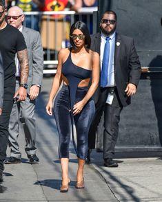 Торчащие соски Ким Кардашьян в сексуальном наряде на улицах Лос-Анджелеса фото #10