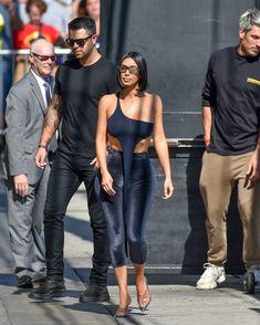 Торчащие соски Ким Кардашьян в сексуальном наряде на улицах Лос-Анджелеса фото #11