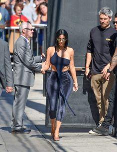 Торчащие соски Ким Кардашьян в сексуальном наряде на улицах Лос-Анджелеса фото #12