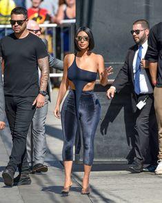 Торчащие соски Ким Кардашьян в сексуальном наряде на улицах Лос-Анджелеса фото #13