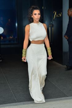 Безумно сексуальная Ким Кардашьян без лифчика на CFDA Fashion Awards фото #4