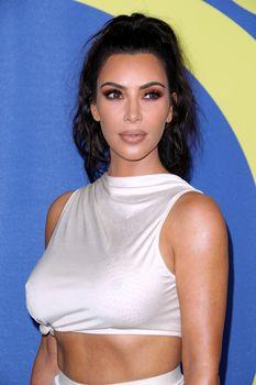 Безумно сексуальная Ким Кардашьян без лифчика на CFDA Fashion Awards фото #5