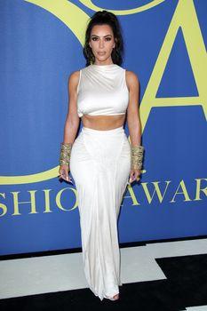 Безумно сексуальная Ким Кардашьян без лифчика на CFDA Fashion Awards фото #7