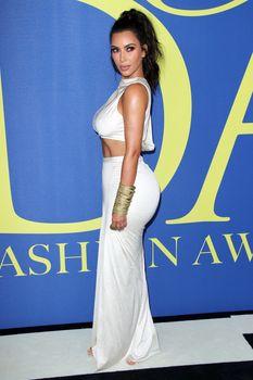 Безумно сексуальная Ким Кардашьян без лифчика на CFDA Fashion Awards фото #8