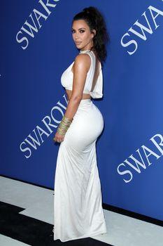 Безумно сексуальная Ким Кардашьян без лифчика на CFDA Fashion Awards фото #9
