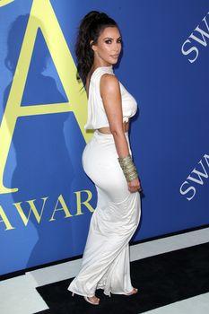 Безумно сексуальная Ким Кардашьян без лифчика на CFDA Fashion Awards фото #10