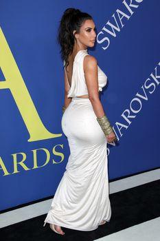 Безумно сексуальная Ким Кардашьян без лифчика на CFDA Fashion Awards фото #11