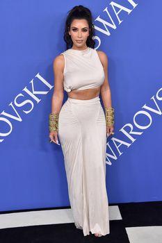Безумно сексуальная Ким Кардашьян без лифчика на CFDA Fashion Awards фото #14