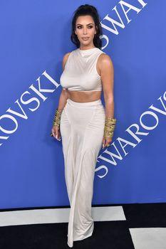 Безумно сексуальная Ким Кардашьян без лифчика на CFDA Fashion Awards фото #15