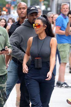 Аппетитные соски Ким Кардашьян в обтягивающем наряде на улицах Нью-Йорка фото #2
