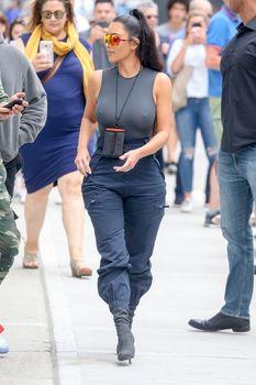 Аппетитные соски Ким Кардашьян в обтягивающем наряде на улицах Нью-Йорка фото #4