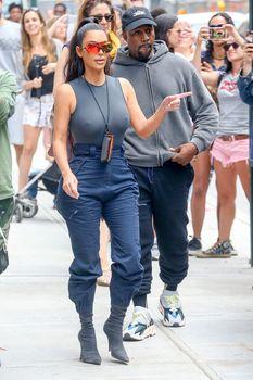 Аппетитные соски Ким Кардашьян в обтягивающем наряде на улицах Нью-Йорка фото #6