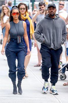 Аппетитные соски Ким Кардашьян в обтягивающем наряде на улицах Нью-Йорка фото #7