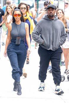 Аппетитные соски Ким Кардашьян в обтягивающем наряде на улицах Нью-Йорка фото #8