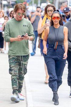 Аппетитные соски Ким Кардашьян в обтягивающем наряде на улицах Нью-Йорка фото #11