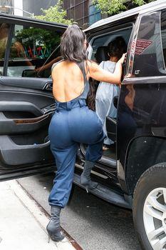 Аппетитные соски Ким Кардашьян в обтягивающем наряде на улицах Нью-Йорка фото #15