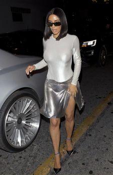 Пышногрудая Ким Кардашьян без лифчика на свидании фото #3
