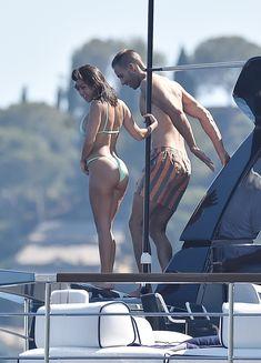 Соблазнительная Кортни Кардашян в бикини на пляже в Портофино фото #10