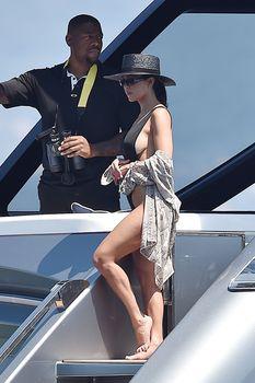 Соблазнительная Кортни Кардашян в красивом бикини на яхте в Италии фото #3