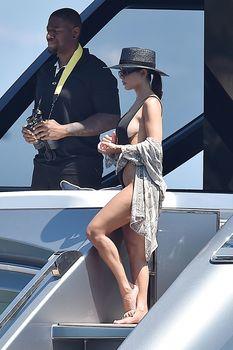 Соблазнительная Кортни Кардашян в красивом бикини на яхте в Италии фото #4