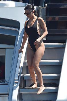 Соблазнительная Кортни Кардашян в красивом бикини на яхте в Италии фото #6