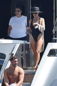 Соблазнительная Кортни Кардашян в красивом бикини на яхте в Италии фото #7