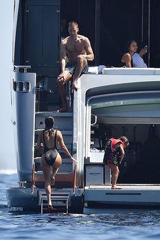 Соблазнительная Кортни Кардашян в красивом бикини на яхте в Италии фото #8