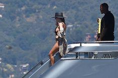 Соблазнительная Кортни Кардашян в красивом бикини на яхте в Италии фото #11