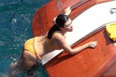 Аппетитная попка Кортни Кардашян в сексуальном бикини на лодочной прогулке в Италии фото #1