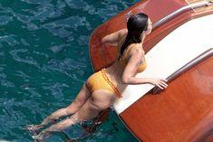 Аппетитная попка Кортни Кардашян в сексуальном бикини на лодочной прогулке в Италии фото #2