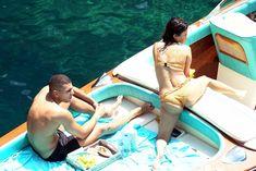 Аппетитная попка Кортни Кардашян в сексуальном бикини на лодочной прогулке в Италии фото #13