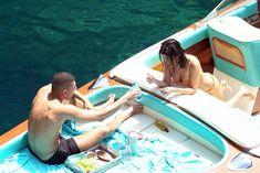 Аппетитная попка Кортни Кардашян в сексуальном бикини на лодочной прогулке в Италии фото #16
