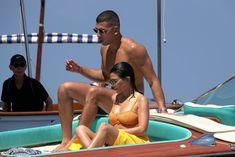 Аппетитная попка Кортни Кардашян в сексуальном бикини на лодочной прогулке в Италии фото #17